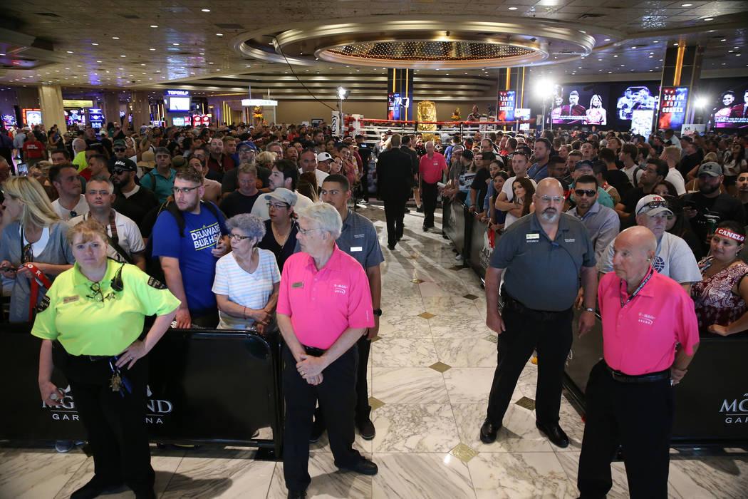 """La gente asiste al evento de """"Grandes Llegadas"""" de boxeo para Gennady Golovkin y Saúl """"Canelo"""" Álvarez en el hotel casino MGM Grand en Las Vegas, el martes 11 de septiembre de 2018. Erik Verduzc ..."""