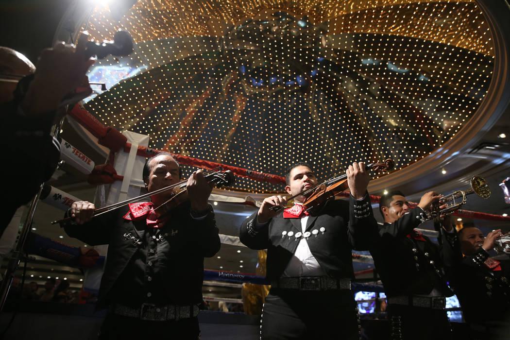 """Mariachi Sol de Las Vegas toca durante un evento de """"Grandes Llegadas"""" de boxeo para Gennady Golovkin y Saúl """"Canelo"""" Álvarez en el hotel casino MGM Grand en Las Vegas, el martes 11 de septiembr ..."""