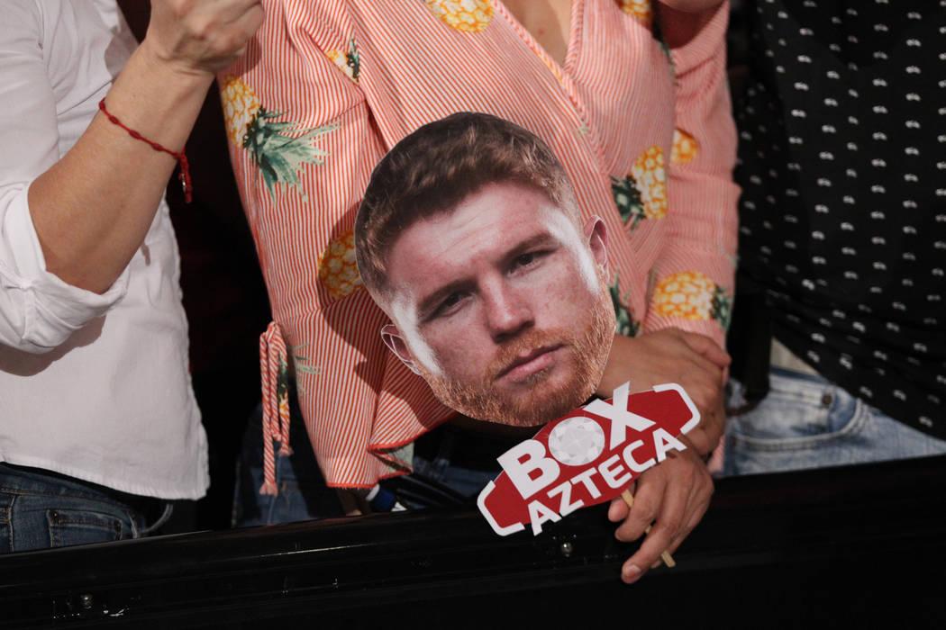 """Una persona sostiene un corte de la cara de Saúl """"Canelo"""" Álvarez durante un evento de """"Grandes Llegadas"""" de boxeo en el hotel-casino MGM Grand en Las Vegas, martes, 11 de septiembre de 2018. Er ..."""
