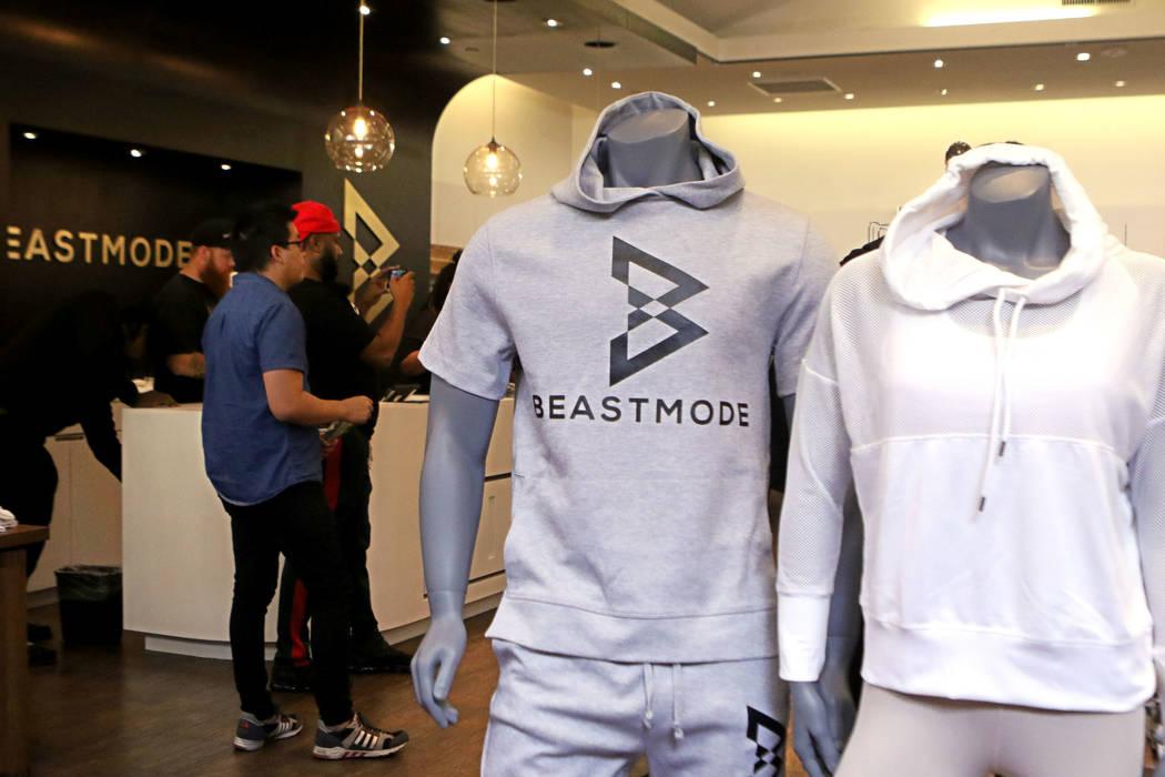 Fans y los medios asisten a la gran apertura de la nueva tienda Beast Mode del corredor de los Oakland Raiders: Marshawn Lynch en Town Square Las Vegas, el sábado 1 de septiembre de 2018. Heidi F ...