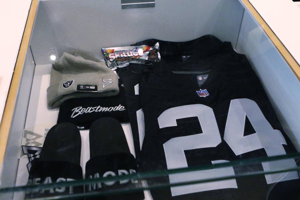 Un estuche de mercancía muestra algunos de los artículos disponibles para comprar, incluyendo una edición especial de Skittles, del corredor de los Oakland Raiders, Marshawn Lynch en su tienda ...