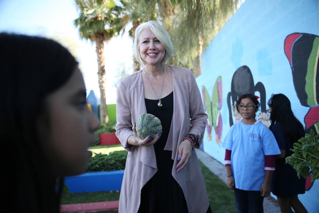 Gina Gavan, centro, fundadora de Project Dinner Table, habla con los niños que visitan el jardín de la Escuela Primaria Hollingsworth en Las Vegas, el viernes 7 de septiembre de 2018. Erik Verdu ...