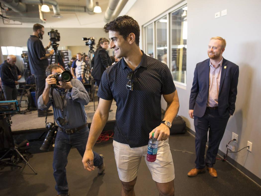 El alero izquierdo recién adquirido por los Golden Knights de Las Vegas, Max Pacioretty, sale de una conferencia de prensa en City National Arena de Las Vegas el miércoles 12 de septiembre de 20 ...
