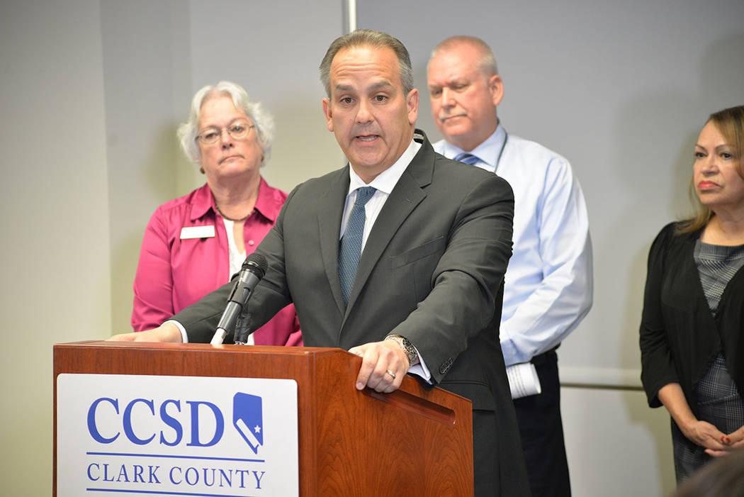 Este año escolar, la policía del Distrito Escolar del Condado Clark ha confiscado cinco pistolas en el campus o cerca de él. En la foto, el superintendente del CCSD Jesús Jara, en conferencia ...