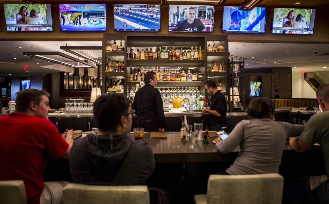 Los clientes se sientan en el bar del nuevo restaurante Jake & Eli, que reemplazó el piso del casino en el Westin Las Vegas, el miércoles 14 de febrero de 2018. Patrick Connolly Las Vegas Review ...