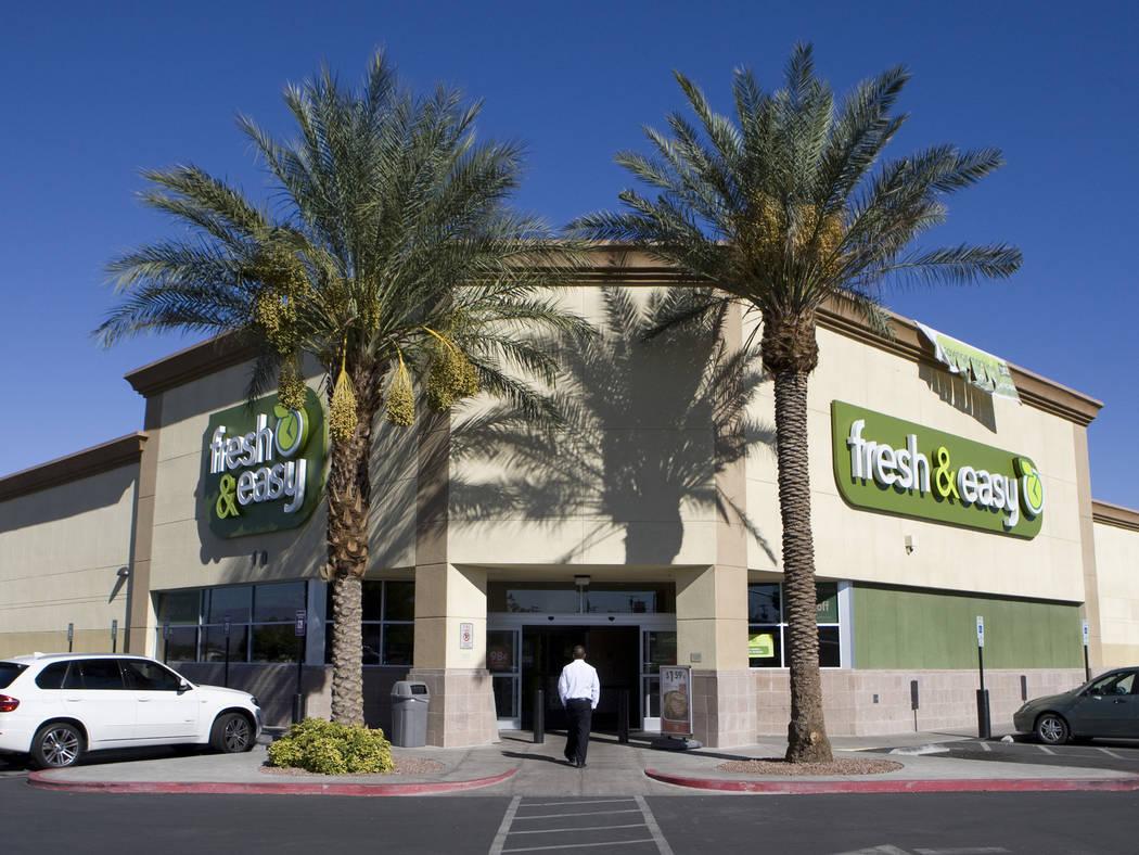 Un cliente entra a la tienda Fresh & Easy en 10 N. Eastern Avenue el lunes 11 de octubre de 2010 en Las Vegas, Nevada. La cadena de supermercados Fresh & Easy cerró seis tiendas en Las Vegas debi ...