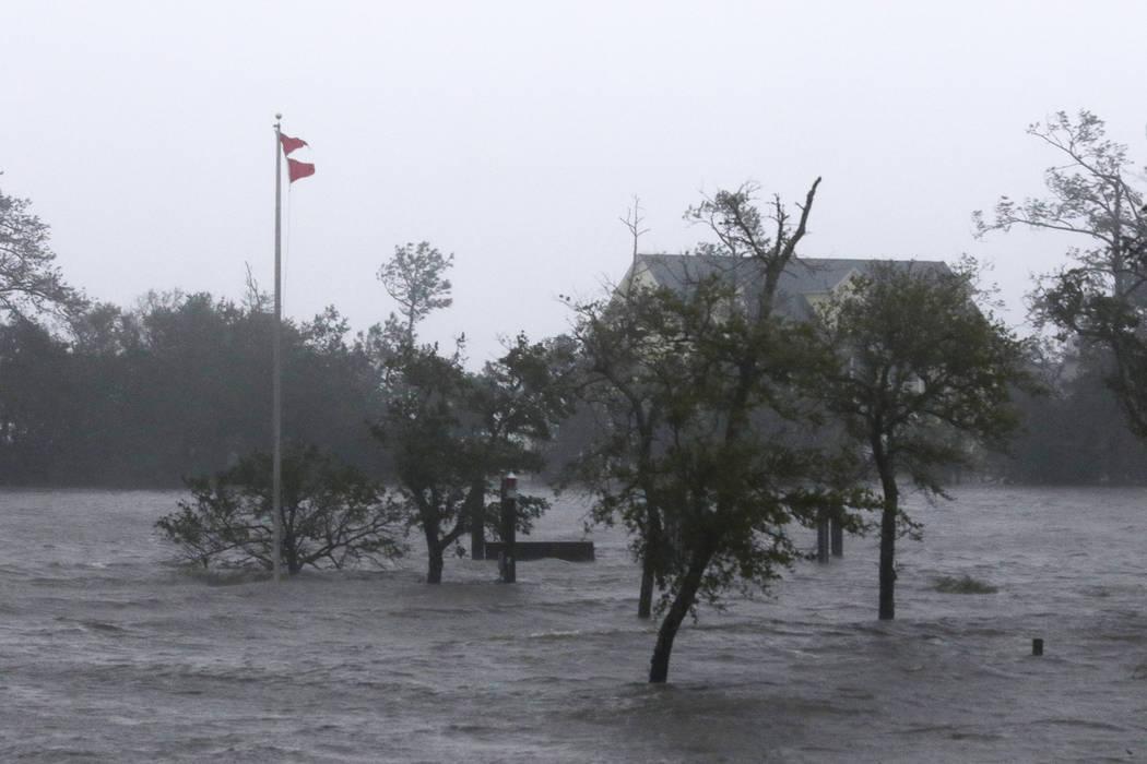 Los fuertes vientos y mareas de tormenta del huracán Florence golpean a Swansboro N.C., el viernes, 14 de septiembre de 2018. (AP Photo / Tom Copeland)