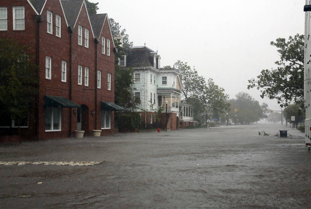 Las inundaciones causadas por el huracán Florence cubren bloques de Front Street en el centro de New Bern, N.C., el viernes, 14 de septiembre de 2018. (AP Photo / Chris Seward)