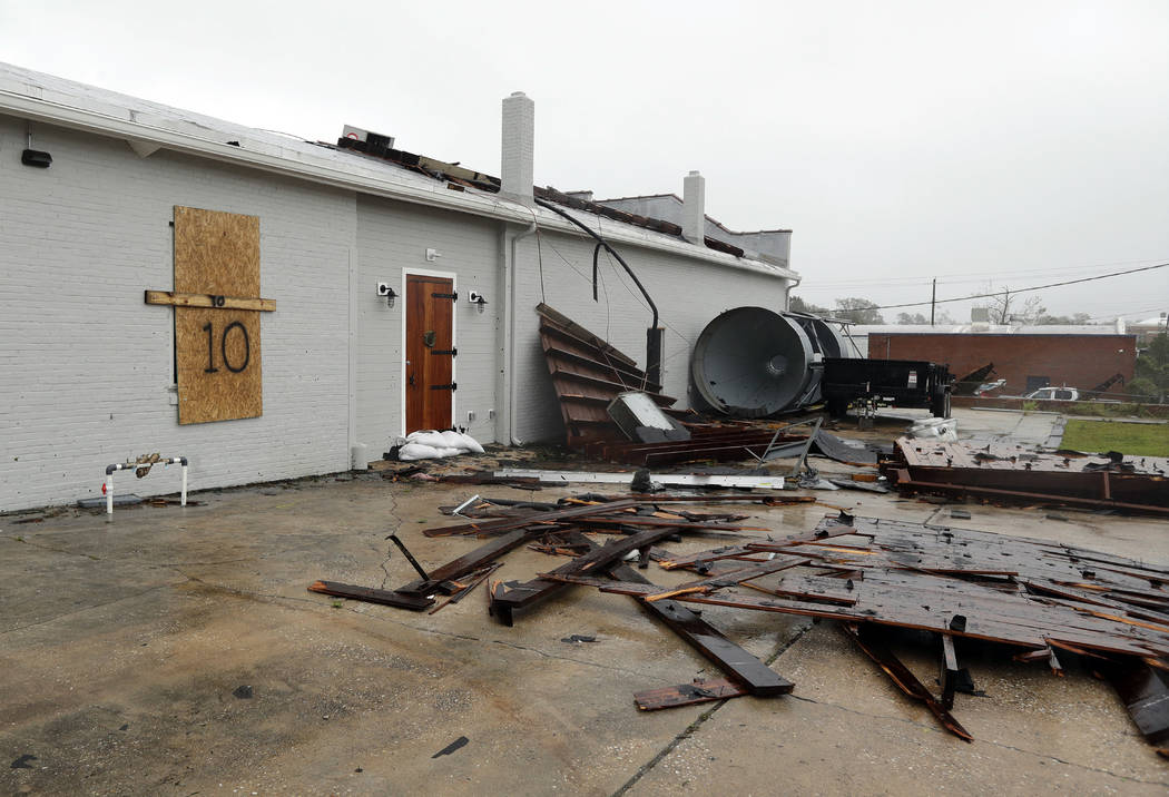 Parte del techo de Tidewater Brewing Co. se encuentra sobre el terreno en Wilmington, N.C., después de que el huracán Florence tocó tierra el viernes 14 de septiembre de 2018. (AP Photo / Chuck ...