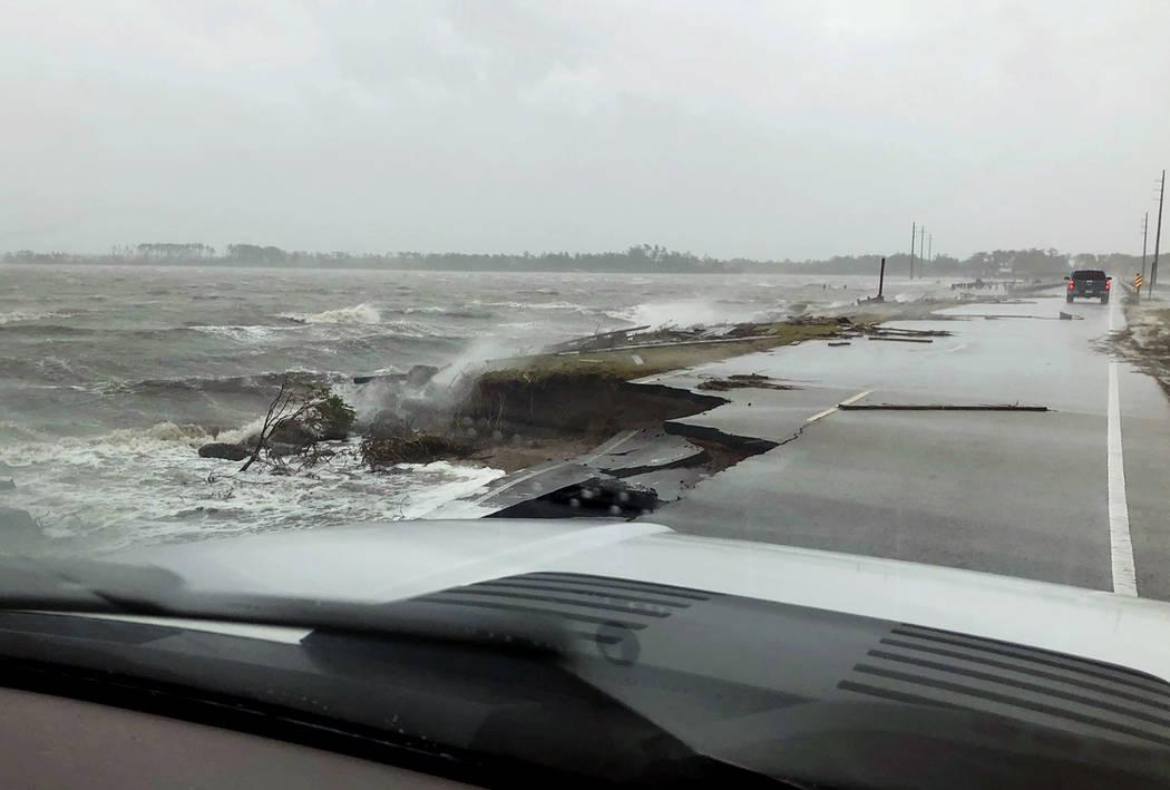 En esta foto proporcionada por Jordan Guthrie, el viento y el agua del huracán Florence dañan la carretera que conduce a Harkers Island, N.C. el viernes 14 de septiembre de 2018. (Jordan Guthrie ...