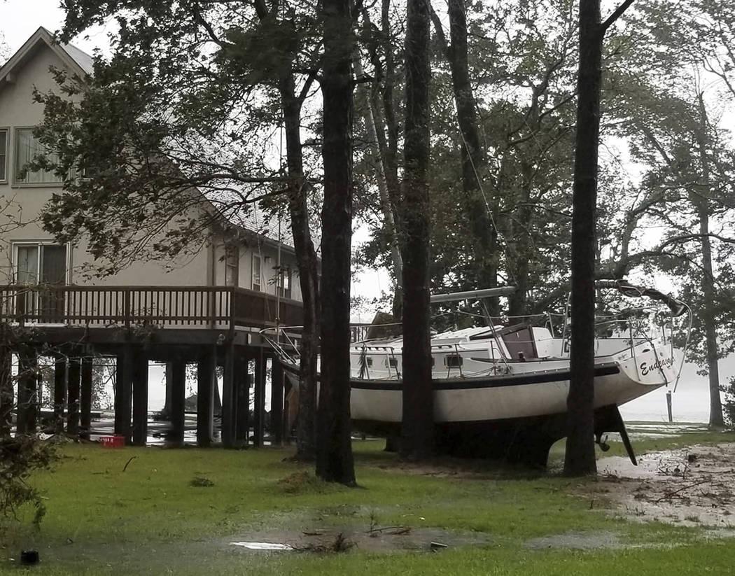 Esta foto proporcionada por Angie Propst, muestra un barco acuñado en los árboles durante el huracán Florence en Oriental, N.C, uno de los nueve municipios incorporados en el condado de Pamlico ...