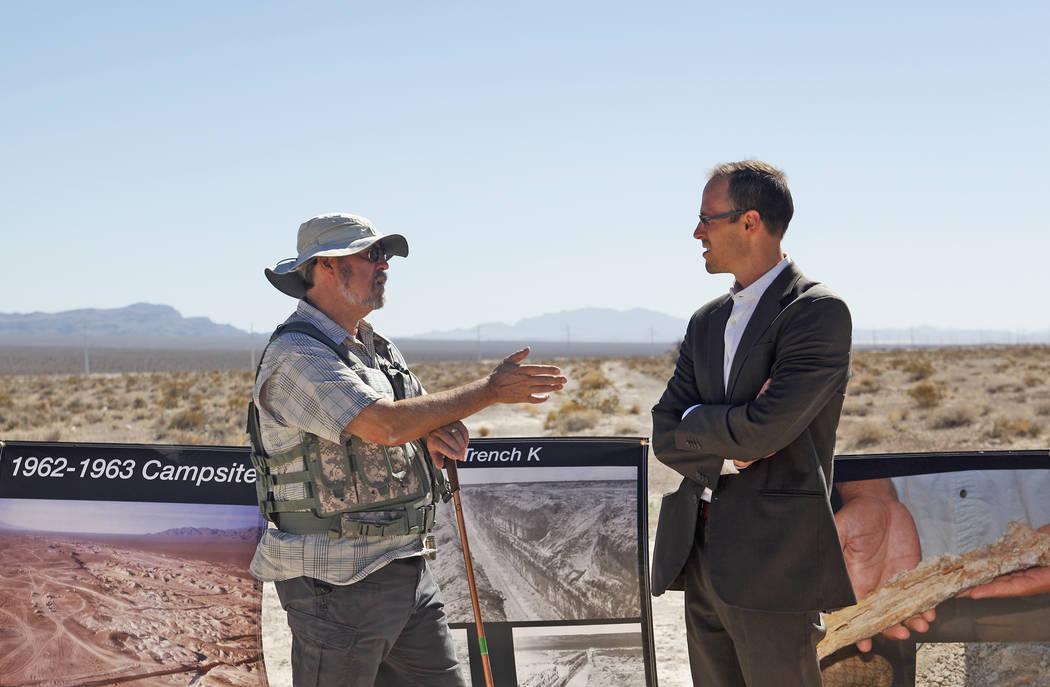 Michael Anderson, izquierda, habla con Andrew Lingenfelter en un evento que inaugura los nuevos planes del centro de visitantes Ice Age Fossils State Park en Las Vegas, el jueves 13 de septiembre ...