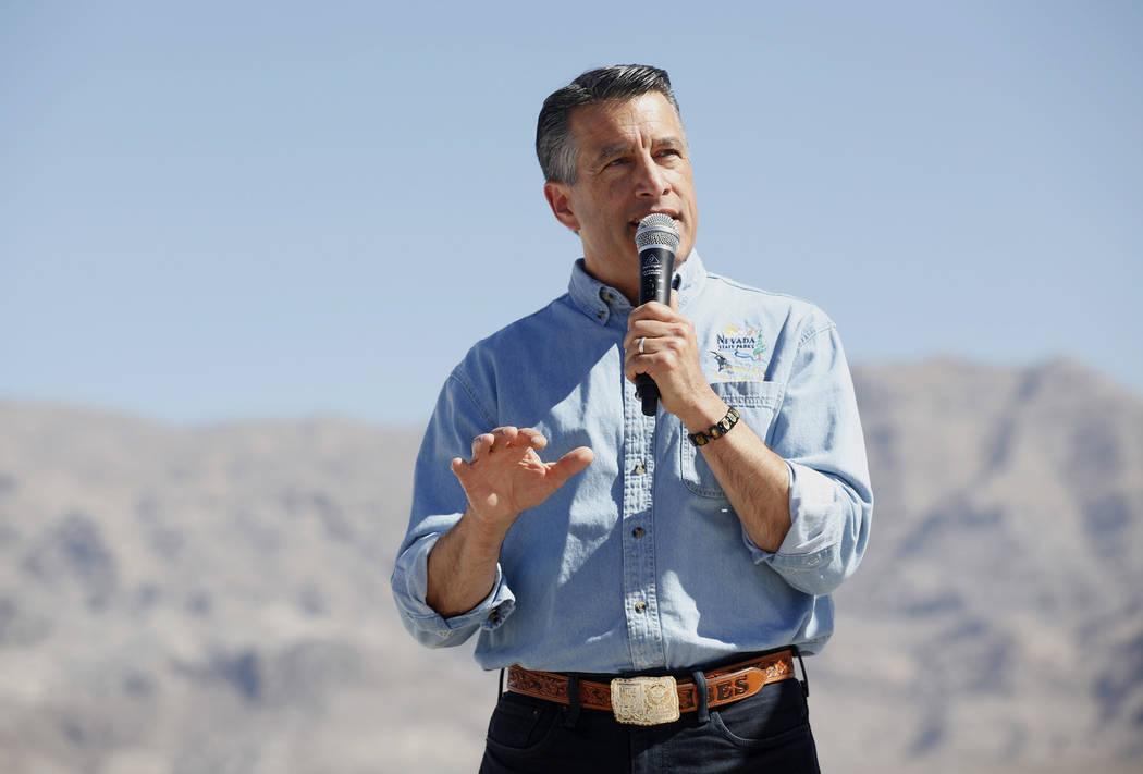 El gobernador Brian Sandoval habla a la multitud en un evento que presenta los nuevos planes del centro de visitantes Ice Age Fossils State Park en Las Vegas, el jueves 13 de septiembre de 2018. E ...