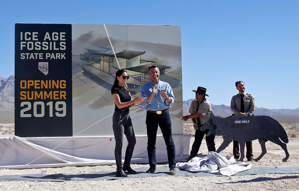 El gobernador Brian Sandoval y su esposa Lauralyn McCarthy, revelan los planes del centro de visitantes para el nuevo Ice Age Fossils State Park en Las Vegas, el jueves, 13 de septiembre de 2018. ...