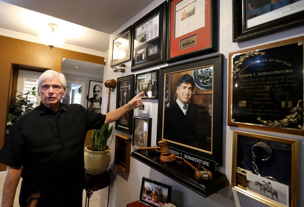 Juez de Distrito Senior, Joseph Bonaventure, con recuerdos de sus años en el banco, en su casa de Las Vegas el 31 de agosto de 2018. Buenaventura supervisó los juicios de Rick Tabish y Sandy Mur ...
