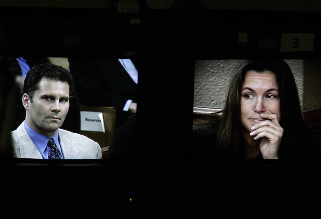Rick Tabish y Sandy Murphy se muestran en los monitores de televisión en la corte durante el juicio por asesinato de Ted Binion en noviembre de 2004. (Foto de archivo)