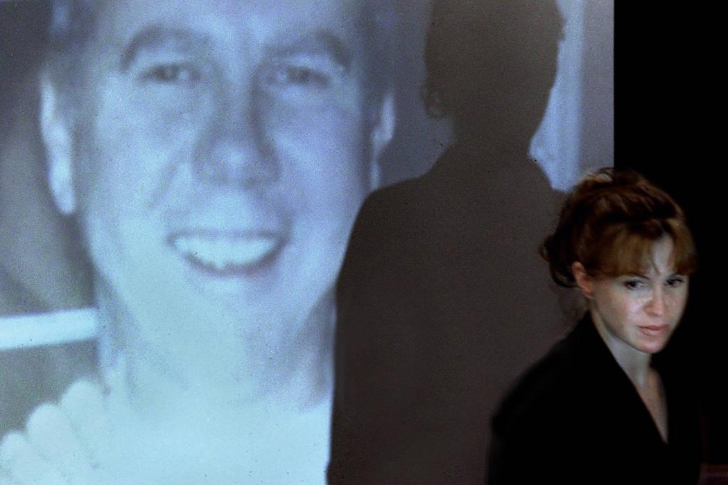 Sandy Murphy pasa frente a una imagen proyectada de Ted Binion durante el día de apertura del juicio por asesinato en marzo de 2000. (Foto de archivo)