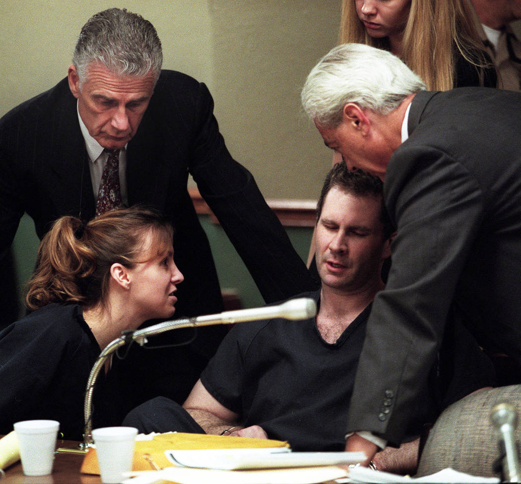 Sandy Murphy y los abogados John Momot, izquierda, y Bill Terry consuelan a Rick Tabish durante un receso en el juicio por asesinato de Ted Binion en 2000. (Foto de archivo)