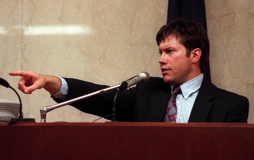 Kurt Gratzer señala al acusado Rick Tabish en abril de 2000 mientras testificaba durante el juicio por asesinato de Ted Binion. (Foto de archivo)
