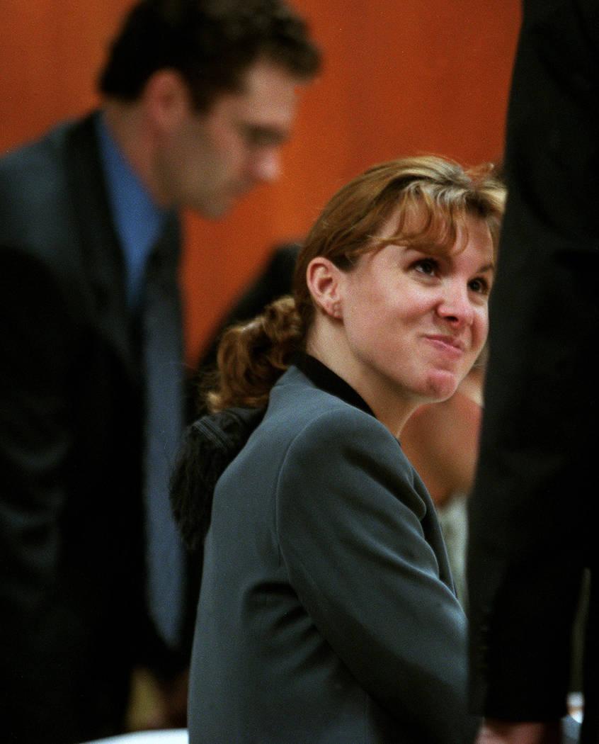 Sandy Murphy habla con su abogado John Momot mientras Rick Tabish la respalda durante un receso en abril de 2000. (Foto de archivo)