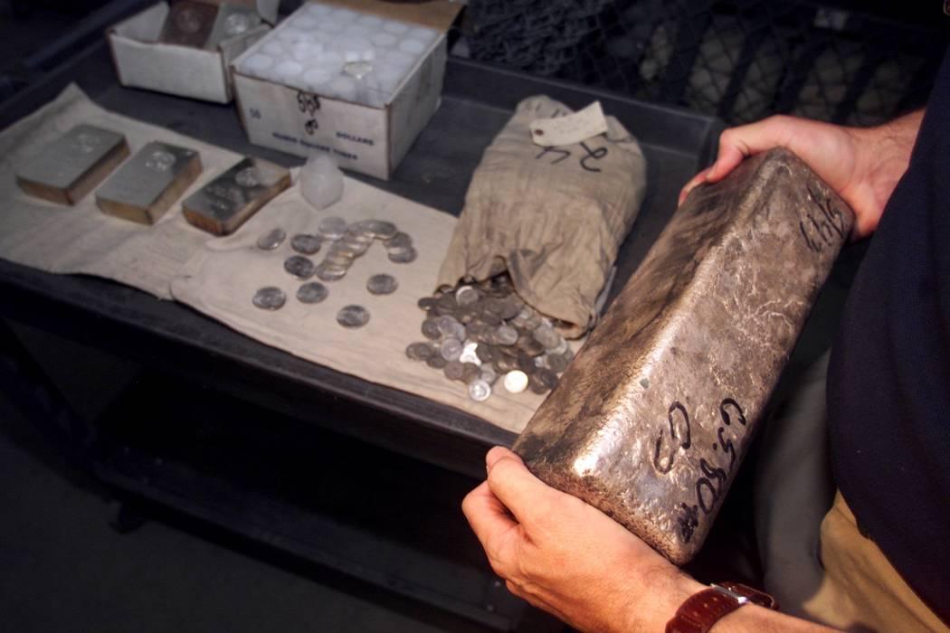 En abril de 2000, los miembros del jurado pudieron ver la plata perteneciente a Ted Binion, incluyendo una barra que pesaba 65.8 libras. (Foto de archivo)