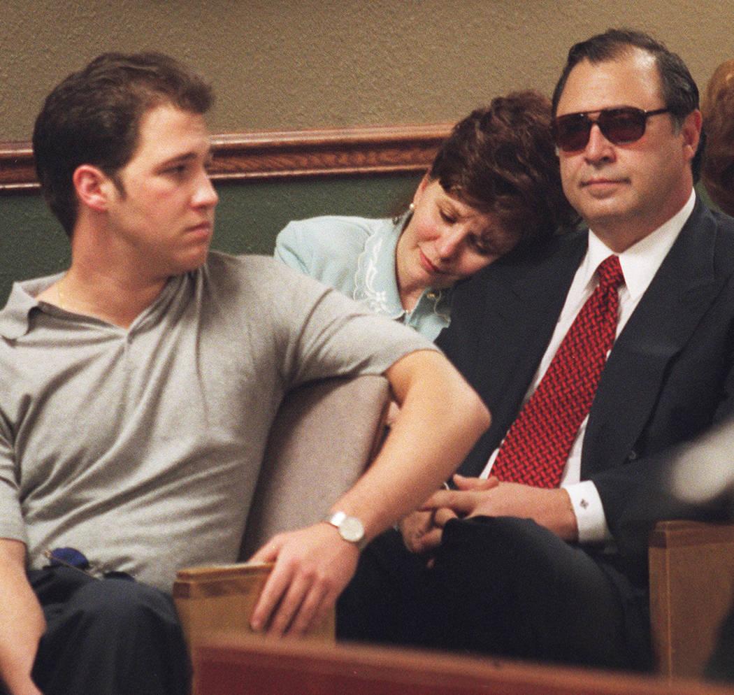 Becky Behnen apoya su cabeza en el hombro de su esposo, Nick, en mayo de 2000, mientras ellos y su hijo Benny esperan que los veredictos se lean en el juicio por asesinato de Ted Binion. (Foto de ...