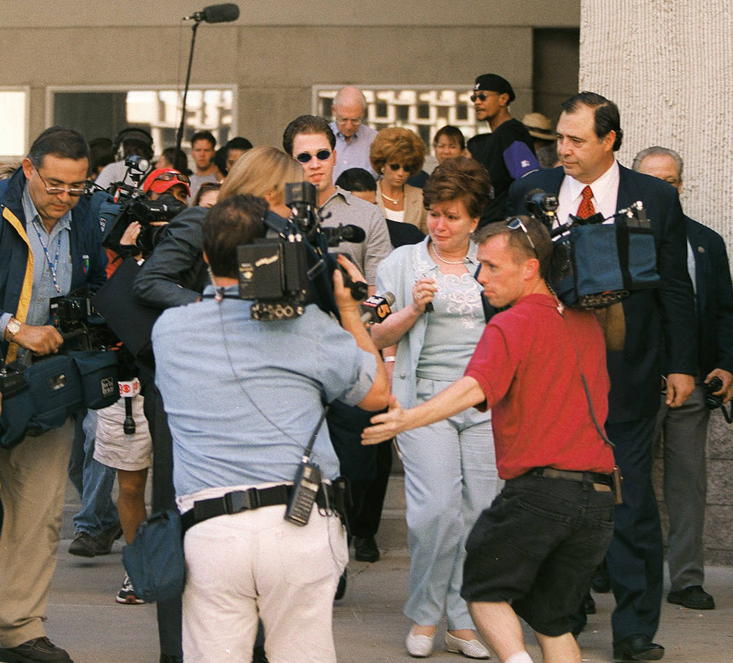 Becky Behnen deja el tribunal en mayo de 2000 después de que los acusados Rick Tabish y Sandy Murphy fueran encontrados culpables. (Foto de archivo)