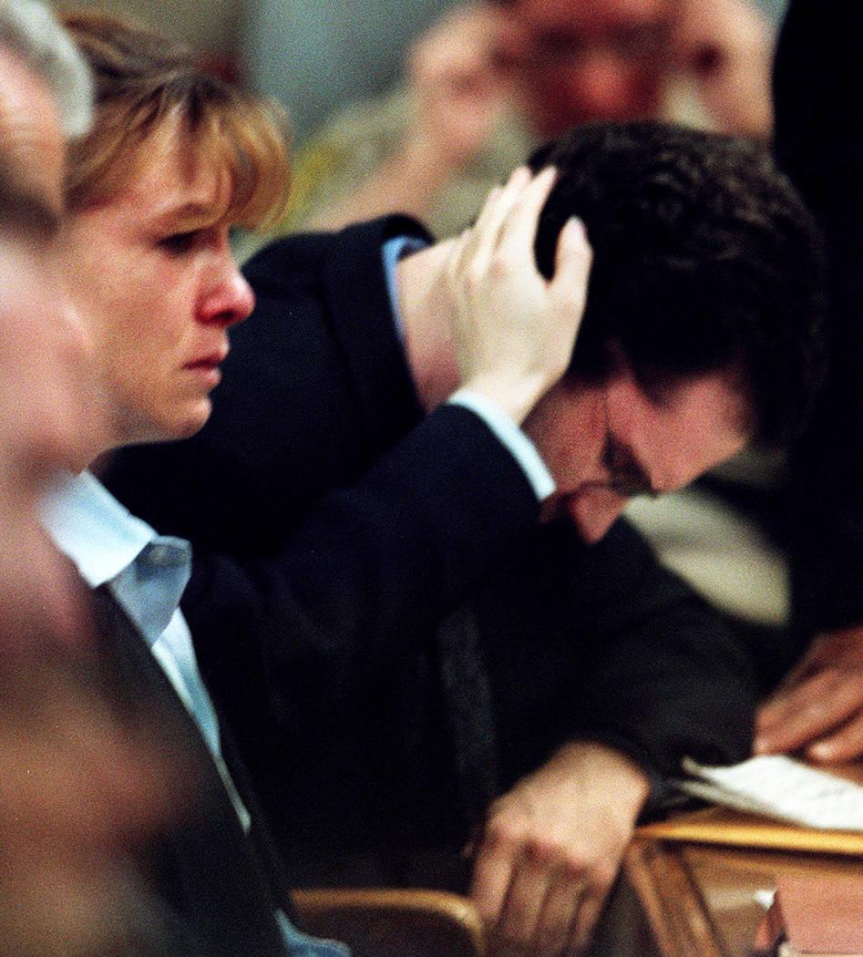 Sandy Murphy toca a Rick Tabish mientras que la madre de Tabish, Lani, testifica en febrero de 2001 durante la fase de sanción del juicio por asesinato de Ted Binion. (Foto de archivo)