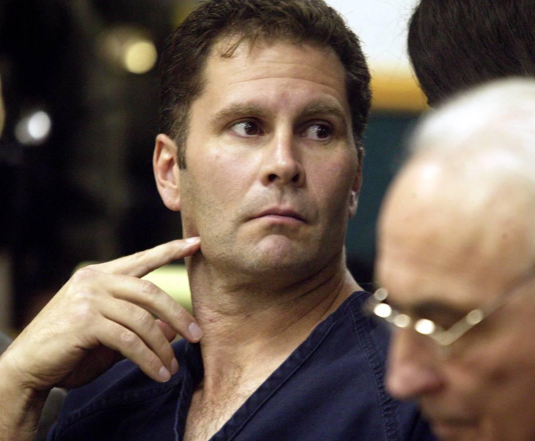 Rick Tabish se sienta junto al abogado defensor Tony Serra en la corte en diciembre de 2003. Tabish y Sandy Murphy volvieron a enfrentar una segunda acusación por la muerte del magnate de los jue ...