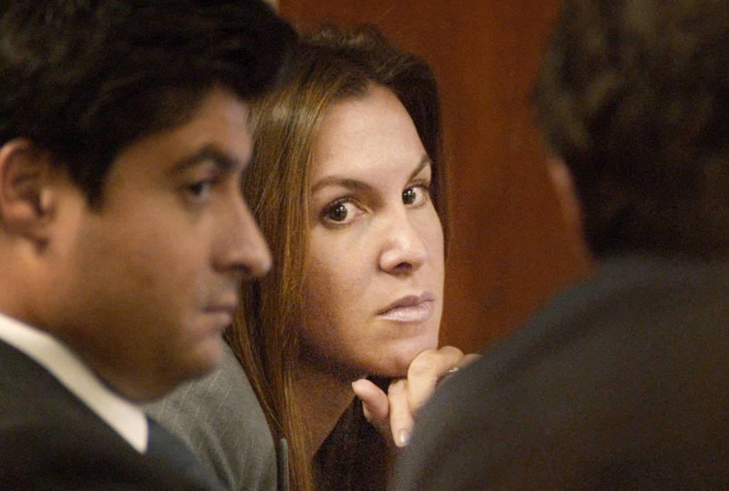 Sandy Murphy escucha el testimonio con sus abogados en octubre de 2004 durante el segundo juicio por homicidio relacionado con la muerte de Ted Binion. (Foto de archivo)