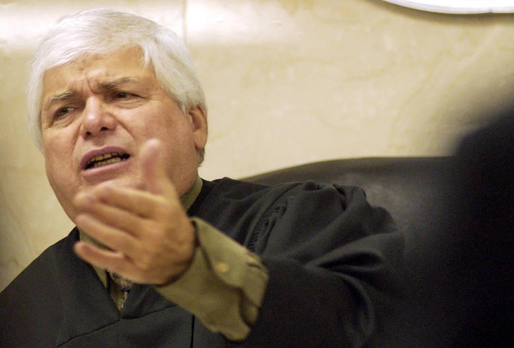 El juez de distrito Joseph Bonaventure instruye al abogado en noviembre de 2004 durante un descanso en el juicio por asesinato de Ted Binion. (Foto de archivo)
