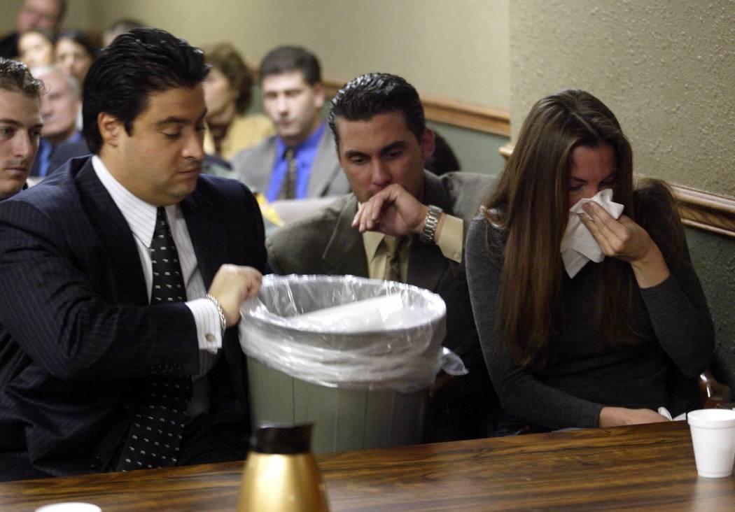 El abogado Michael Cristalli agarra un bote de basura en noviembre de 2004 mientras la nerviosa Sandy Murphy se enferma antes de que se leyeran los veredictos en su segundo juicio por asesinato. M ...