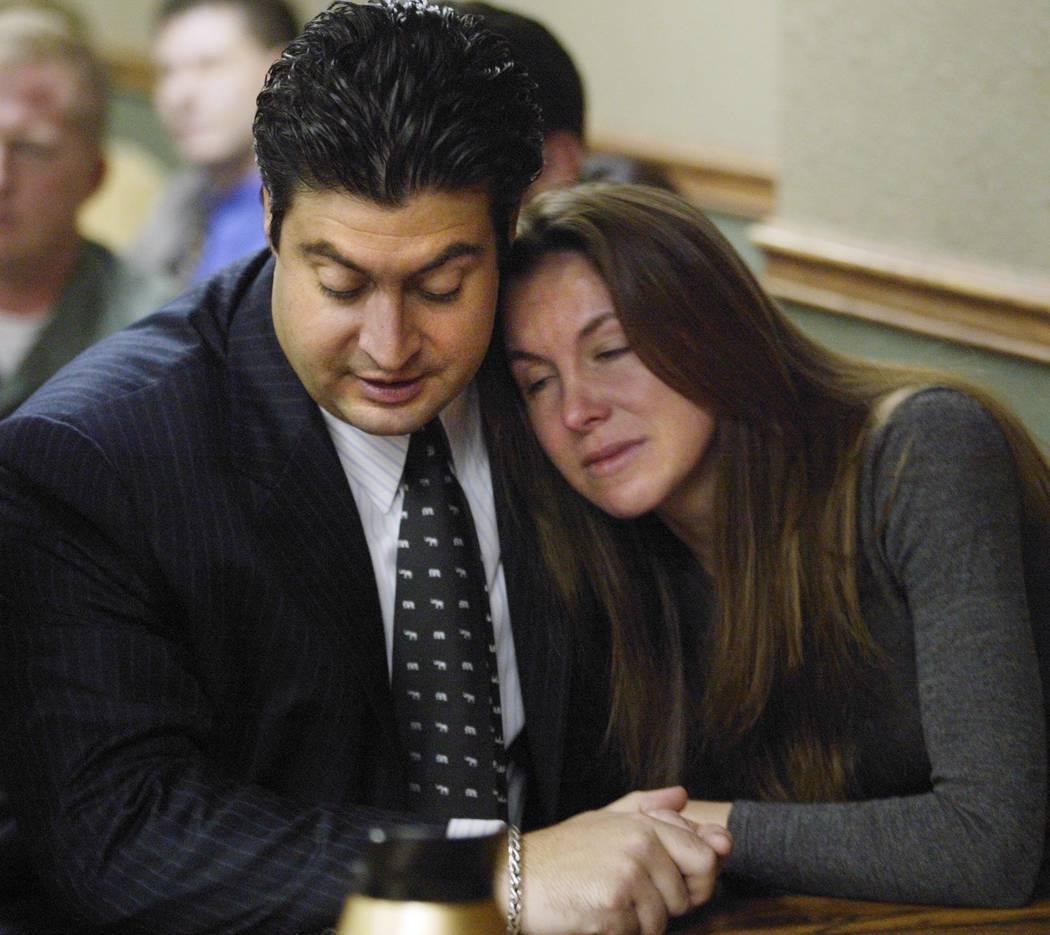 Sandy Murphy abraza al abogado Michael Cristalli en noviembre de 2004 después de que se leyeran los veredictos en el segundo juicio por homicidio relacionado con la muerte de Ted Binion. Murphy f ...