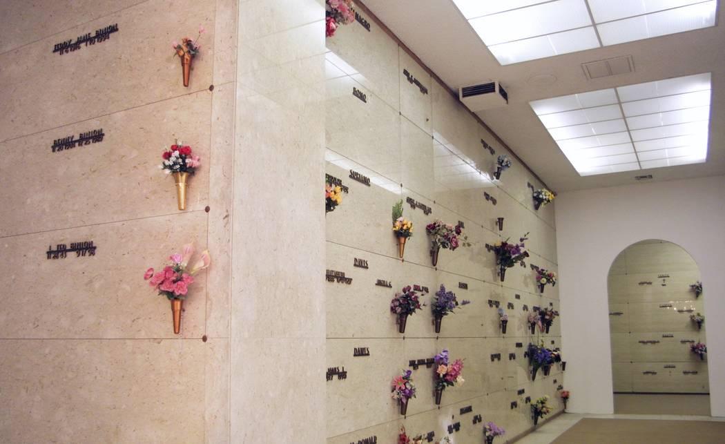 Los miembros de la familia Binion están sepultados en un mausoleo en el cementerio Bunkers Eden Vale en Las Vegas Boulevard North. La sección de Binion, a la izquierda, está a la vuelta de la e ...