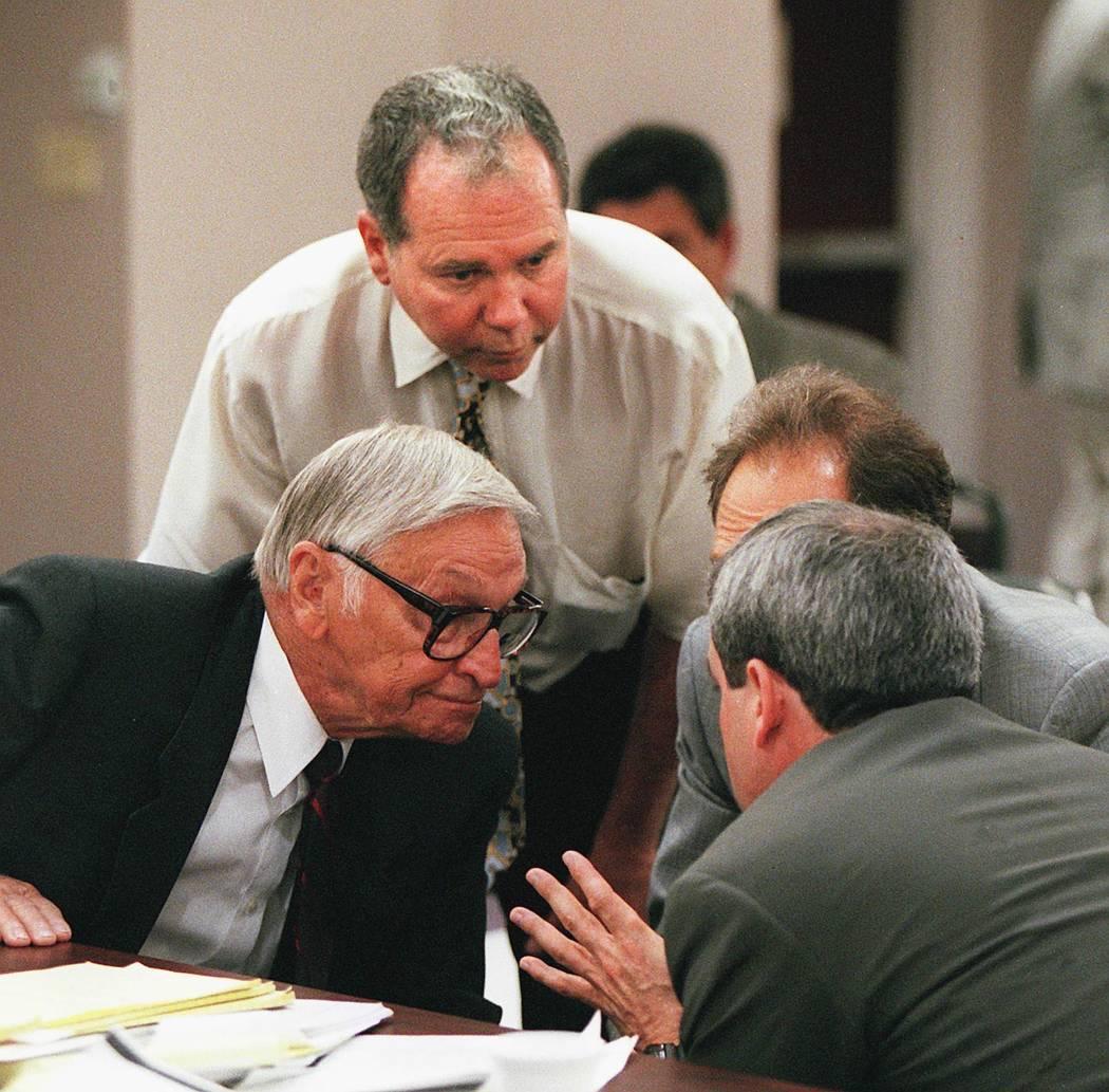 Ted Binion y sus abogados se reúnen para debatir sobre estrategias durante una audiencia de Nevada Gaming Commission en abril de 1996. (Foto del archivo)