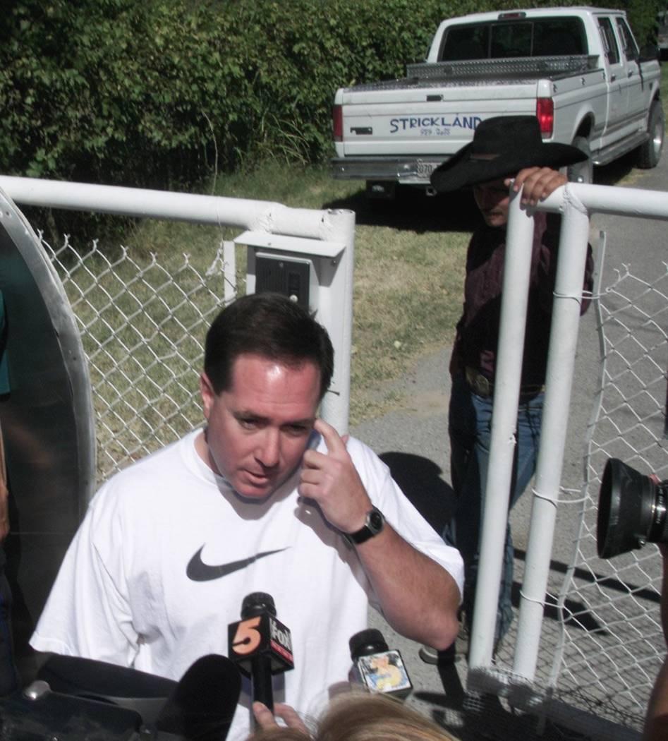 El entonces Vicefiscal Jefe de Distrito, David Roger, se dirige a los medios en septiembre de 2000 después de que no se encontró ningún tesoro en el rancho de Ted Binion en Pahrump. (Foto de ar ...