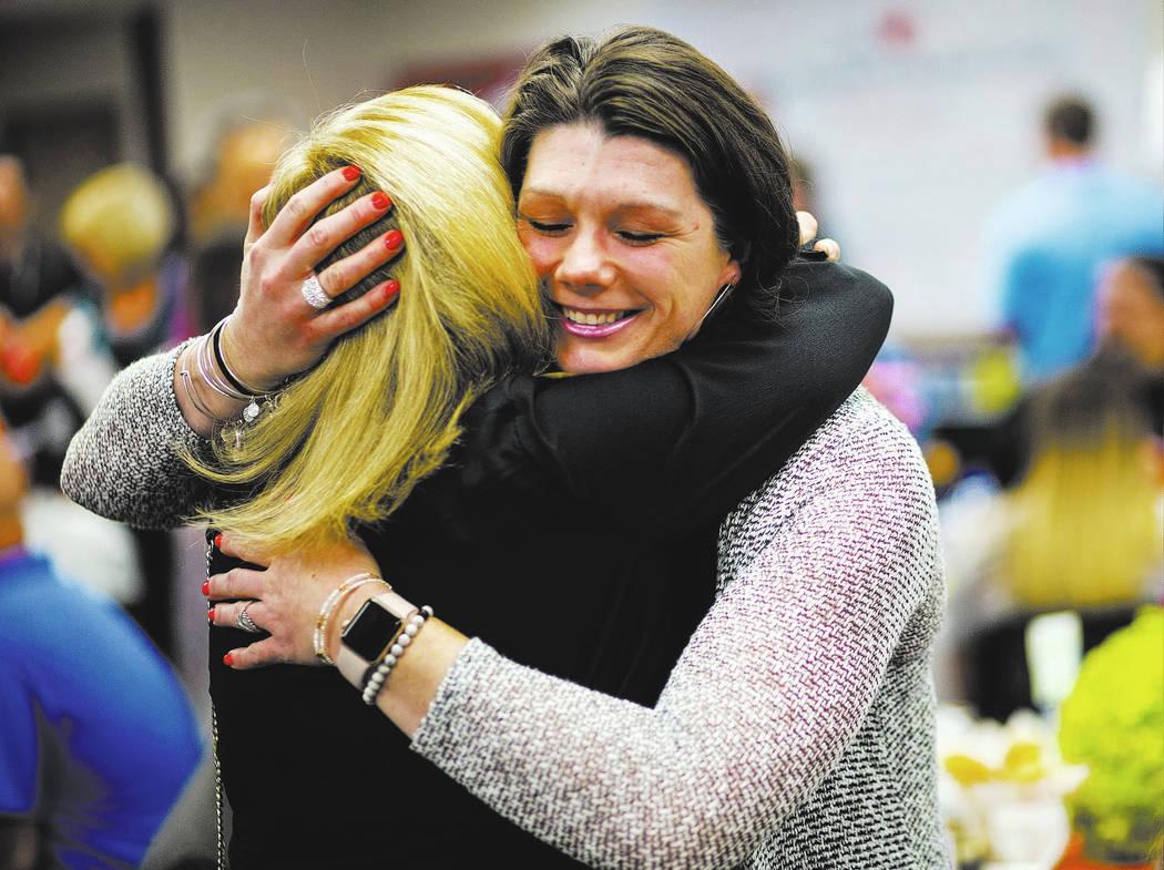 El 1 de octubre la sobreviviente Amanda Peterson de Riverside, California, derecha, abraza a la enfermera Marlena Ryan durante un evento en honor a los sobrevivientes del tiroteo en el festival Ro ...