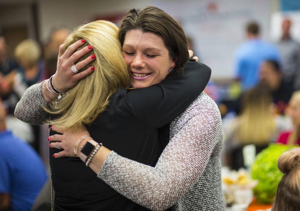 El 1 de octubre, la sobreviviente, Amanda Peterson de Riverside, California, derecha, abraza a la enfermera Marlena Ryan en el Sunrise Hospital and Medical Center en Las Vegas el viernes 14 de sep ...