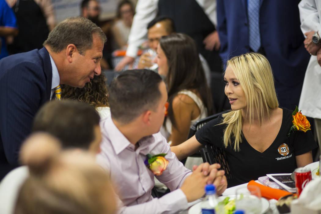 El CEO de Sunrise Hospital: Todd Sklamberg, izquierda, saluda a los sobrevivientes del 1 de octubre Summer Clyburn, derecha, y su prometido Michael Gracia, en el hospital de Las Vegas el 14 de sep ...