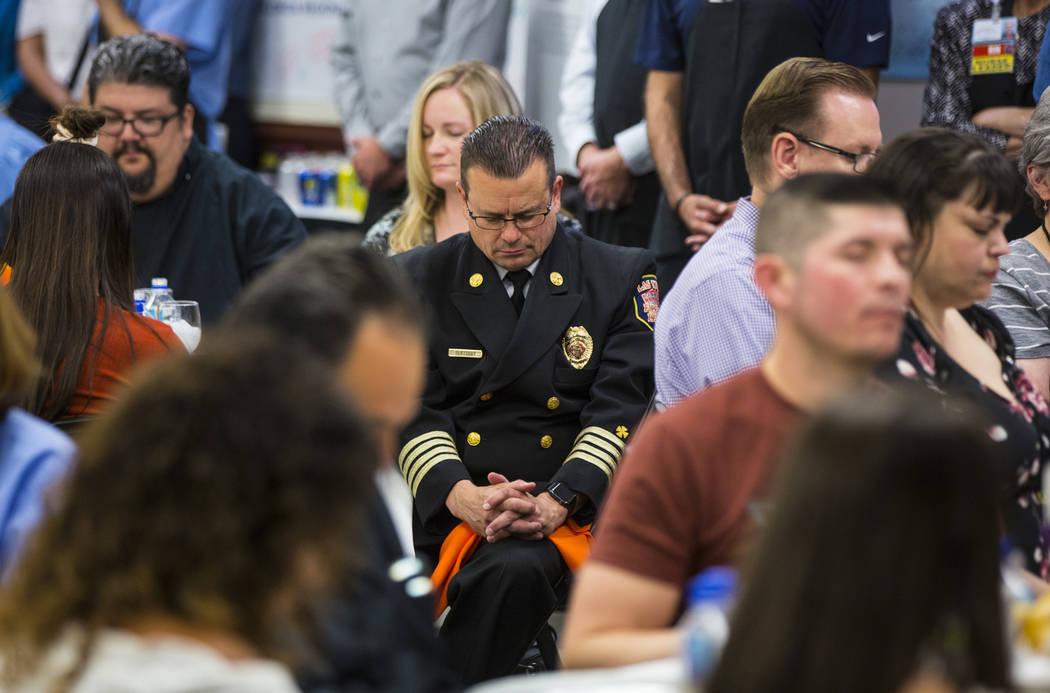 El Director Médico de Bomberos y Rescate de Las Vegas, David Slattery, ora en el Hospital y Centro Médico Sunrise en Las Vegas el viernes 14 de septiembre de 2018. (Chase Stevens Las Vegas Revie ...