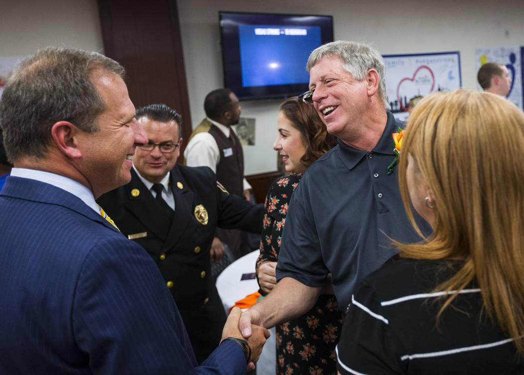 El CEO de Sunrise Hospital Todd Sklamberg, izquierda, saluda a Steve Melanson, a la derecha, cuya esposa recibió un disparo y sobrevivió el tiroteo del 1 de octubre, en Sunrise Hospital and Medi ...