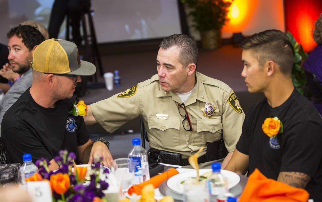 Andrew Walsh, subjefe de seguridad turística en el centro del Departamento de Policía Metropolitana de Las Vegas, habla con los bomberos del condado de San Bernardino y los sobrevivientes del 1 ...