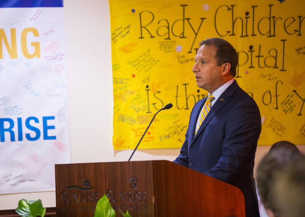 El CEO de Sunrise Hospital, Todd Sklamberg, habla durante un evento en el Sunrise Hospital and Medical Center en Las Vegas el viernes 14 de septiembre de 2018. (Chase Stevens Las Vegas Review-Jour ...