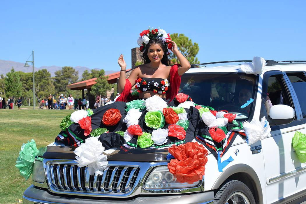 En su regreso a los primeros planos, la celebración dio inicio con un desfile, que contó con la participación de muchas carrozas y carros alegóricos, así como de organizaciones y grupos cultu ...