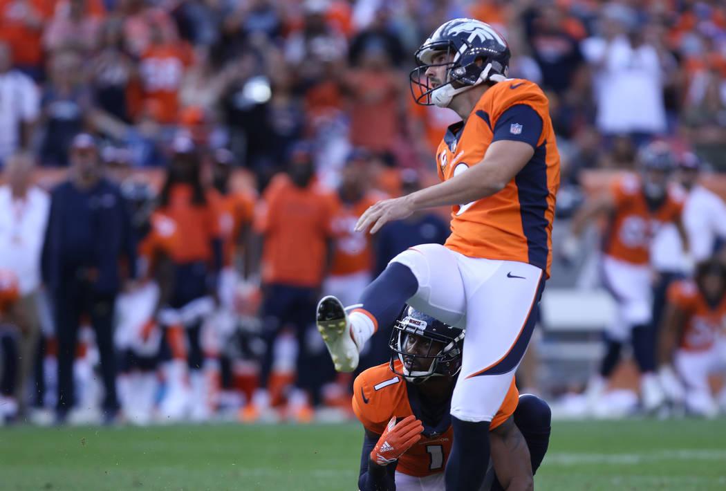El pateador de los Denver Broncos Brandon McManus (8) patea el gol de campo ganador del juego contra los Oakland Raiders durante la segunda mitad de su juego de la NFL en Denver, Colorado, el domi ...