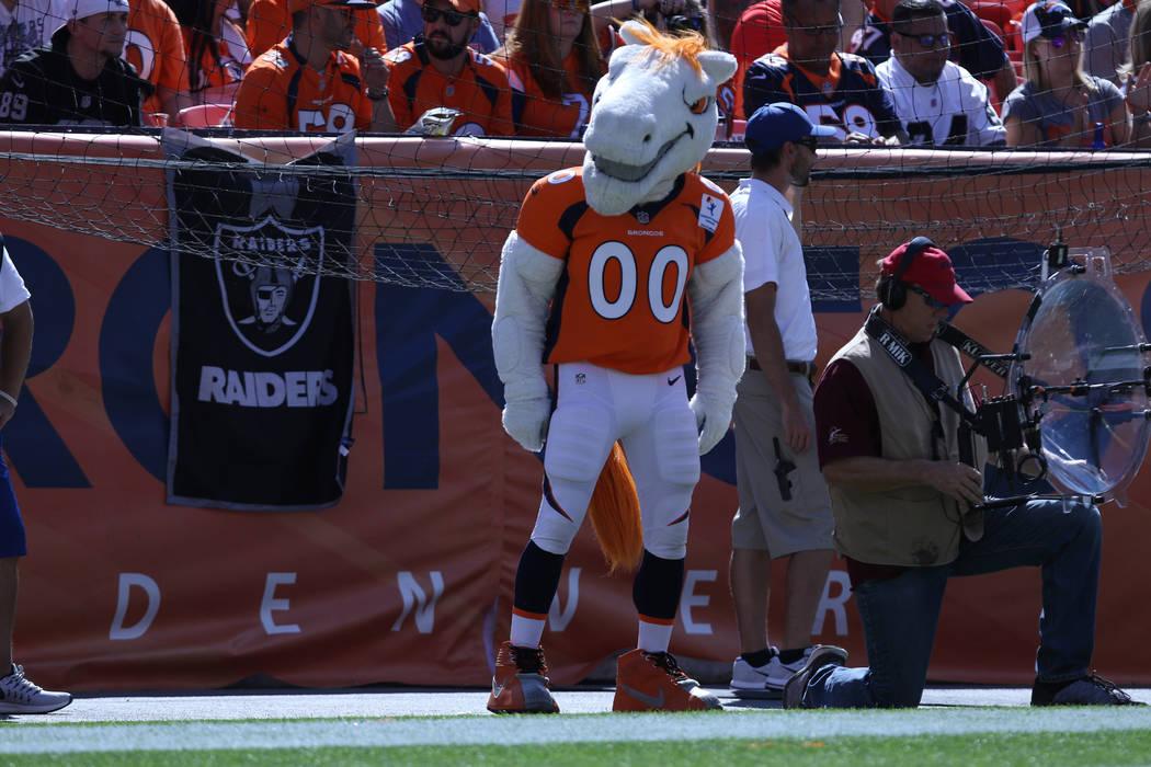 La mascota de los Denver Broncos baila durante la primera mitad de su partido de la NFL contra los Oakland Raiders en Denver, Colorado, el domingo 16 de septiembre de 2018. Heidi Fang Las Vegas Re ...