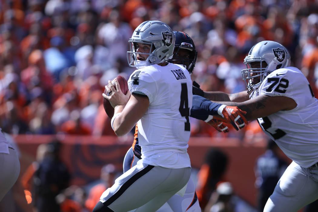 El tackle ofensivo de los Oakland Raiders Donald Penn (72) intenta contener al linebacker de los Denver Broncos, Von Miller (58), mientras el mariscal de campo, Derek Carr (4), busca un receptor a ...