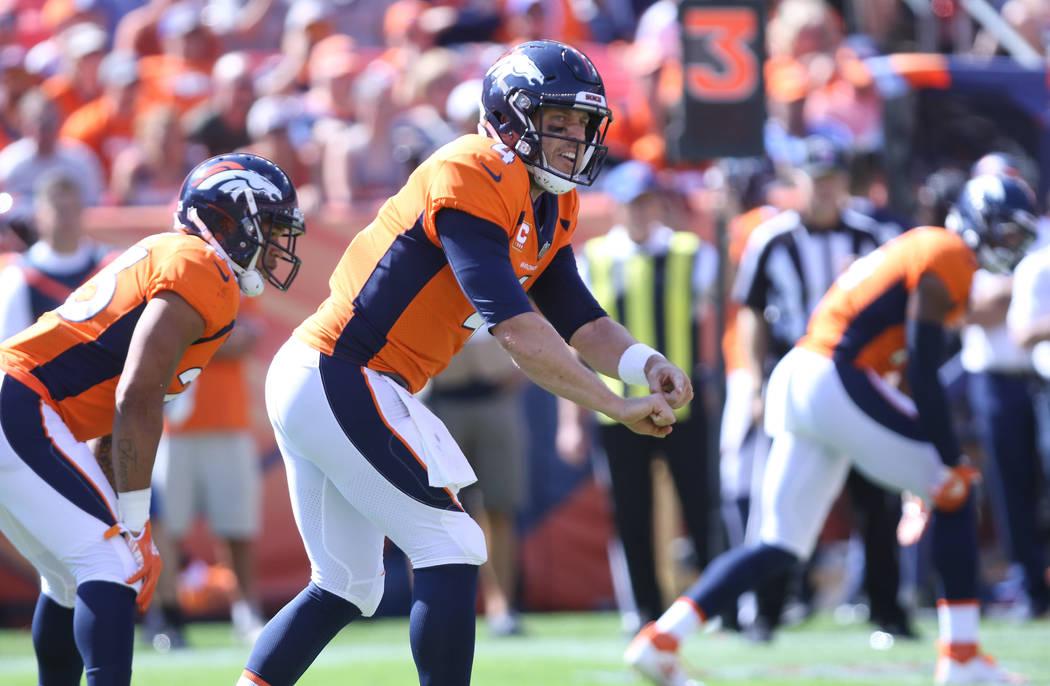 El mariscal de campo de los Denver Broncos, Case Keenum (4) hace un llamado audible en la línea de scrimmage durante la primera mitad de su partido de la NFL contra los Oakland Raiders en Denver, ...