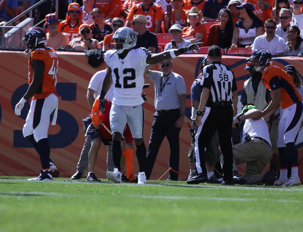 El receptor abierto de Oakland Raiders, Martavis Bryant (12), celebra después de una atrapada durante la primera mitad de su partido de la NFL contra los Denver Broncos en Denver, Colorado, el do ...
