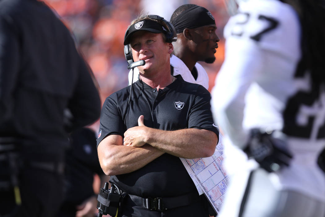 El entrenador en jefe de Oakland Raiders, Jon Gruden, en la línea lateral durante la segunda mitad de su partido de la NFL contra los Denver Broncos en Denver, Colorado, el domingo 16 de septiemb ...
